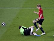 Fernando Torres versetzt Jens Lehmann.