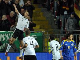 Klose (li.) freut sich über sein 60. Länderspieltor