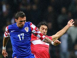 Kroatiens Mandzukic gegen Korkmaz (re.)