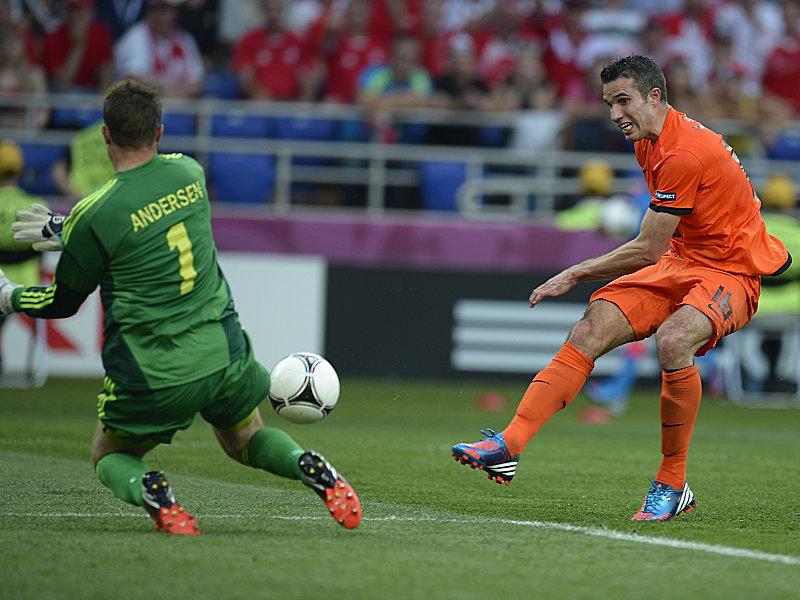 Dänemarks Andersen pariert gegen van Persie (re.)