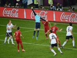 Manuel Neuer boxt den Ball aus dem Gefahrenbereich