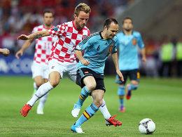 Kroatiens Rakitic bedrängt Iniesta