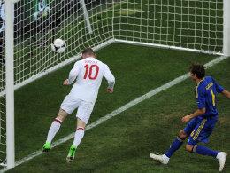 Rooney nickt ein