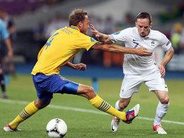 Schwedens Granqvist bedrängt Ribery (re.)