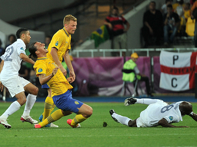 Frankreichs Clichy (li.) und Diarra nehmen Ibrahimovic in die Mangel