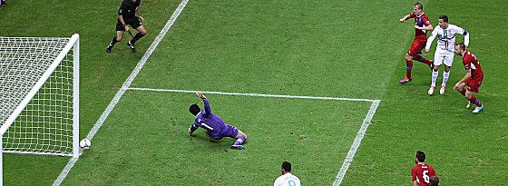 Cristiano Ronaldo (re.), Petr Cech (li.)