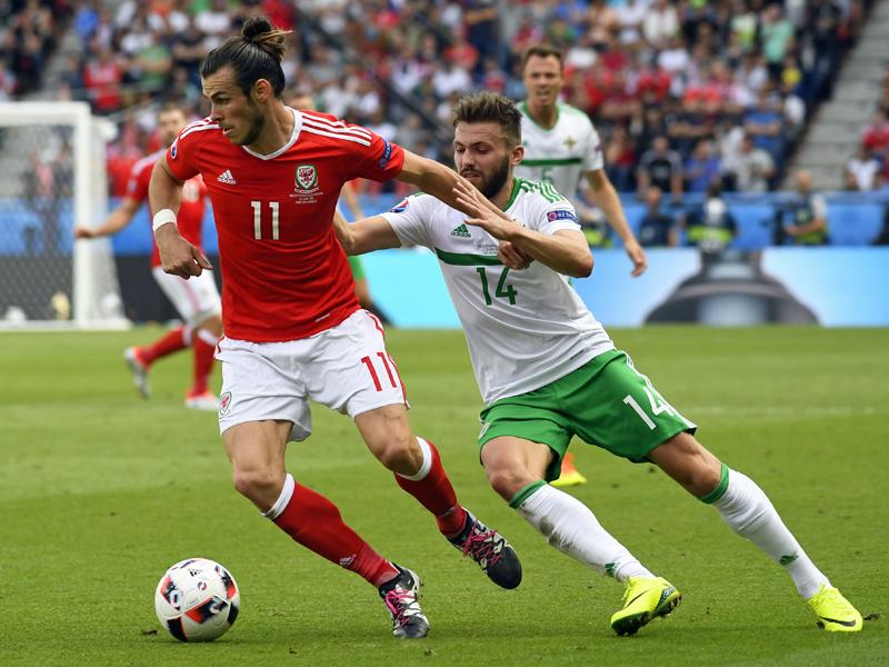 Gareth Bale (li.) gegen Stuart Dallas.