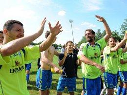 Waldhof Mannheim jubelt (hier am 37. Spieltag bei der Übernahme der Tabellenführung); rechts: Daniel Reule