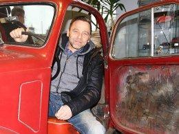 """Vorstellung in einem Berliner Autohaus: Thomas """"Icke"""" H��ler in einem alten Fiat."""
