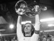 Bayern-Kapitän Franz Beckenbauer feiert den gewonnenen Europapokal der Landesmeister.
