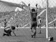 Gerd M�ller jubelt nach einem seiner f�nf Tore beim 7:4-Erfolg gegen Hertha BSC Berlin.
