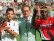 Franz Beckenbauer, eingerahmt von den Torschützenkönigen Ulf Kirsten (li.) und Anthony Yeboah - beide mit der kicker-Kanone.