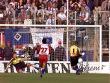 Hans-J�rg Butt verwandelt sicher gegen Freiburgs Richard Golz.
