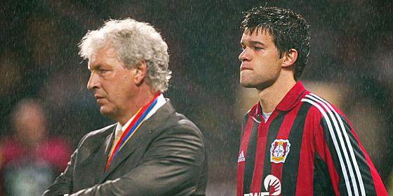 Dreimal Vize: Leverkusens Trainer Klaus Toppm�ller und Spielgestalter Michael Ballack k�nnen es nicht fassen.