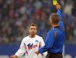 Bernd Hollerbach erhält eine Verwarnung vom Schiedsrichter.