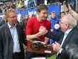 Uwe Seeler �berreicht Stefan Kie�ling die Torj�gerkanone.