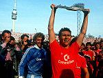 Klaus Augenthaler (FC Bayern München) stemmt die Meisterschale in die Höhe
