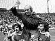 Die Bayern feiern ihre Meisterschaft und Trainer Udo Lattek