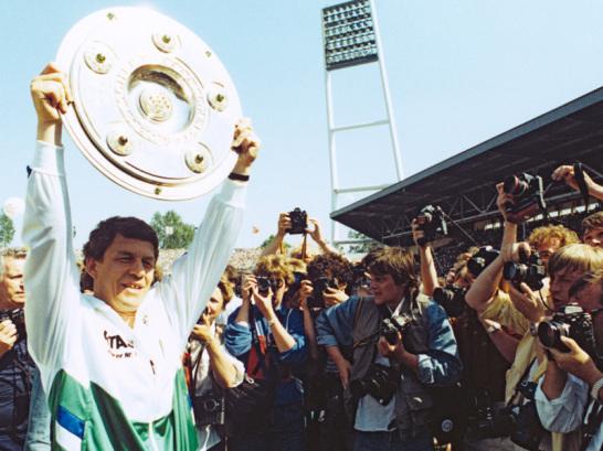 Otto Rehhagel reckt nach dem 34. Spieltag die Schale in die H�he