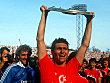 Klaus Augenthaler (FC Bayern M�nchen) stemmt die Meisterschale in die H�he