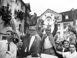 Triumphzug: Braunschweig feiert seine Helden. Eintracht-Kapitän Joachim Bäse reckt die Schale gen Himmel.