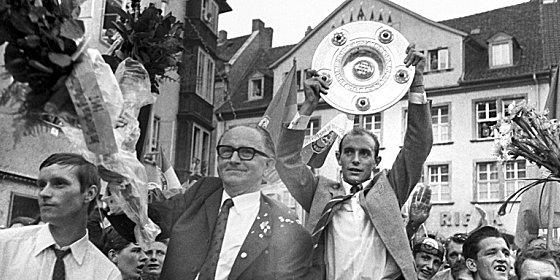Triumphzug: Braunschweig feiert seine Helden. Eintracht-Kapit�n Joachim B�se reckt die Schale gen Himmel.