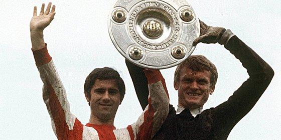 Meister! Gerd M�ller und Sepp Meier pr�sentieren die Schale.
