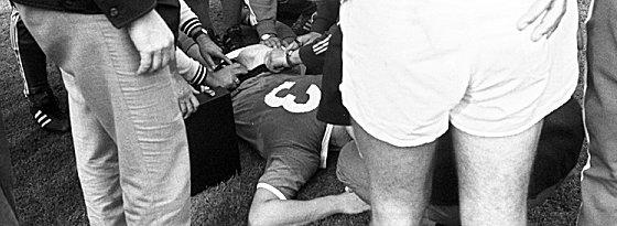 Keine Sportverletzung: Friedel Rausch wird auf dem Spielfeld nach dem Hundebiss verarztet.