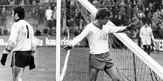 April 1971 - der Pfostenbruch von M�nchengladbach: Bernd Schmidt und Torwart G�nter Bernard (li.).