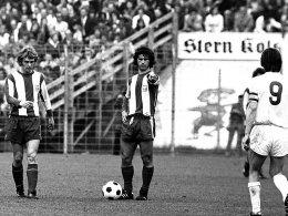 """71/72 - aus """"kleines, dickes Müller"""" war der """"Bomber der Nation"""" geworden: Gerd Müller neben Rainer Zobel beim Freistoß."""