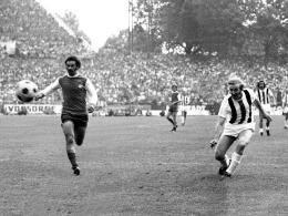 Siegtor in den Winkel: Günter Netzer (re.) schießt Gladbach gegen Köln zum Pokalsieg, nachdem er sich selbst eingewechselt hat.
