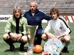 Gruppenbild mit Pokal: Hennes Weisweiler mit seinem Torwart Wolfgang Kleff (li.) und Rainer Bonhof sowie Meisterschale und UEFA-Pokal.