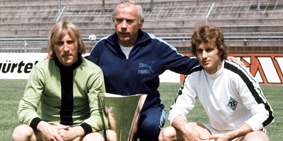 Gruppenbild mit Pokal: Hennes Weisweiler mit seinem Torwart Wolfgang Kleff (li.) und Rainer Bonhof sowie dem UEFA-Pokal.