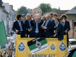 Triumphzug durch Mönchengladbach: Die Borussia um Berti Vogts (mit der Schale) und Trainer Udo Lattek (re. daneben) feierte erneut.