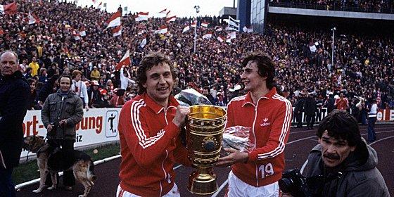 Meister und auch Pokalsieger 1978: Heinz Flohe (li.) und Dieter M�ller nach dem Cuperfolg in Gelsenkirchen.
