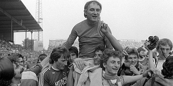 Mit eisernem Besen zur Meisterschaft: Branko Zebec auf den Schultern seiner Schützlinge Kaltz und Hartwig.