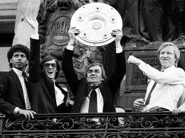 Meistermacher, Wiener Grantler: Ernst Happel wurde in Hamburg zur Trainerikone - hier feiert er im Frühling 1982 die Meisterachaft mit Hartwig, Wehmeyer und Hrubesch (v.l.).