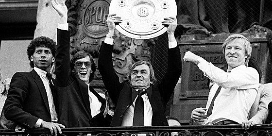 Meistermacher, Wiener Grantler: Ernst Happel wurde in Hamburg zur Trainerikone - hier feiert er im Fr�hling 1982 die Meisterachaft mit Hartwig, Wehmeyer und Hrubesch (v.l.).