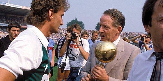 Bester Torsch�tze, bester Fu�baller: kicker-Herausgeber Karl-Heinz Heimann ehrt Rudi V�ller.