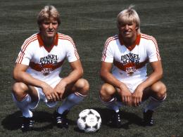 Erfolgsgaranten: Das Brüderpaar Karlheinz und Bernd (re.) Förster verlieh der VfB-Abwehr im Meisterjahr die nötige Stabilität.
