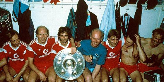 Endlich Rekordmeister: Der FC Bayern feierte 1987 gemeinsam mit Trainer Udo Lattek den zehnten Titel.