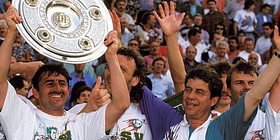 Großer Jubel: Bremens Trainer Otto Rehhagel und Angreifer Klaus Allofs (mit Schale) feiern die deutsche Meisterschaft.