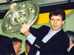 Stolz: BVB-Antreiber Andreas Möller präsentiert die Schale. Der Nationalspieler erlebte aber auch eine schwarze Sekunde.