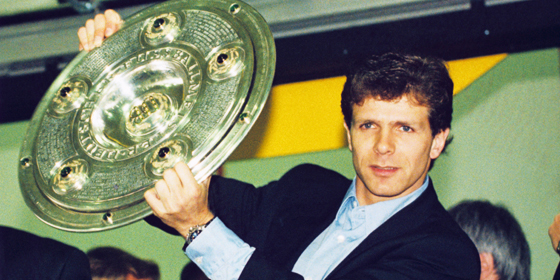 Stolz: BVB-Antreiber Andreas M�ller pr�sentiert die Schale. Der Nationalspieler er