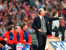 """""""Kaiser"""" Franz Beckenbauer (r.) nahm am 31. Spieltag Platz auf der Trainerbank des FC Bayern, """"König"""" Otto Rehhagel wurde gefeuert."""
