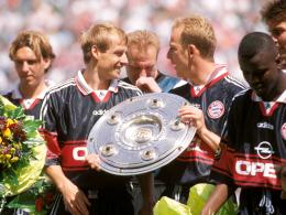 Die Schale ist zurück in München: Jürgen Klinsmann freut sich mit Mario Basler (re.).
