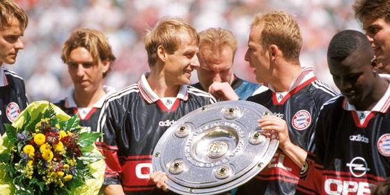 Die Schale ist zur�ck in M�nchen: J�rgen Klinsmann freut sich mit Mario Basler (re.).