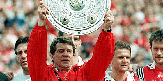 Die Meisterschale: Eine riesige Genugtuung f�r Lauterns Trainer Rehhagel (m.), besonders weil er den FC Bayern entthront hatte.