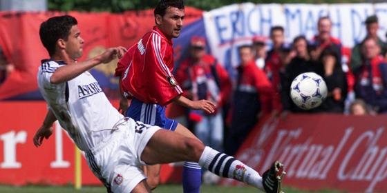 Der Anfang vom Ende: Leverkusens Michael Ballack erzielt in Unterhaching ein Eigentor. Hinten Altin Rraklli.