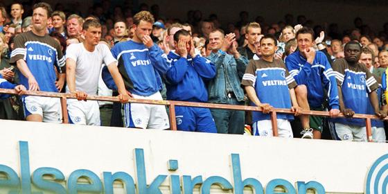 Nacktes Entsetzen und tiefe Entt�uschung: Schalkes Trainer Huub Stevens (Mitte) und seine Sch�tzlinge.